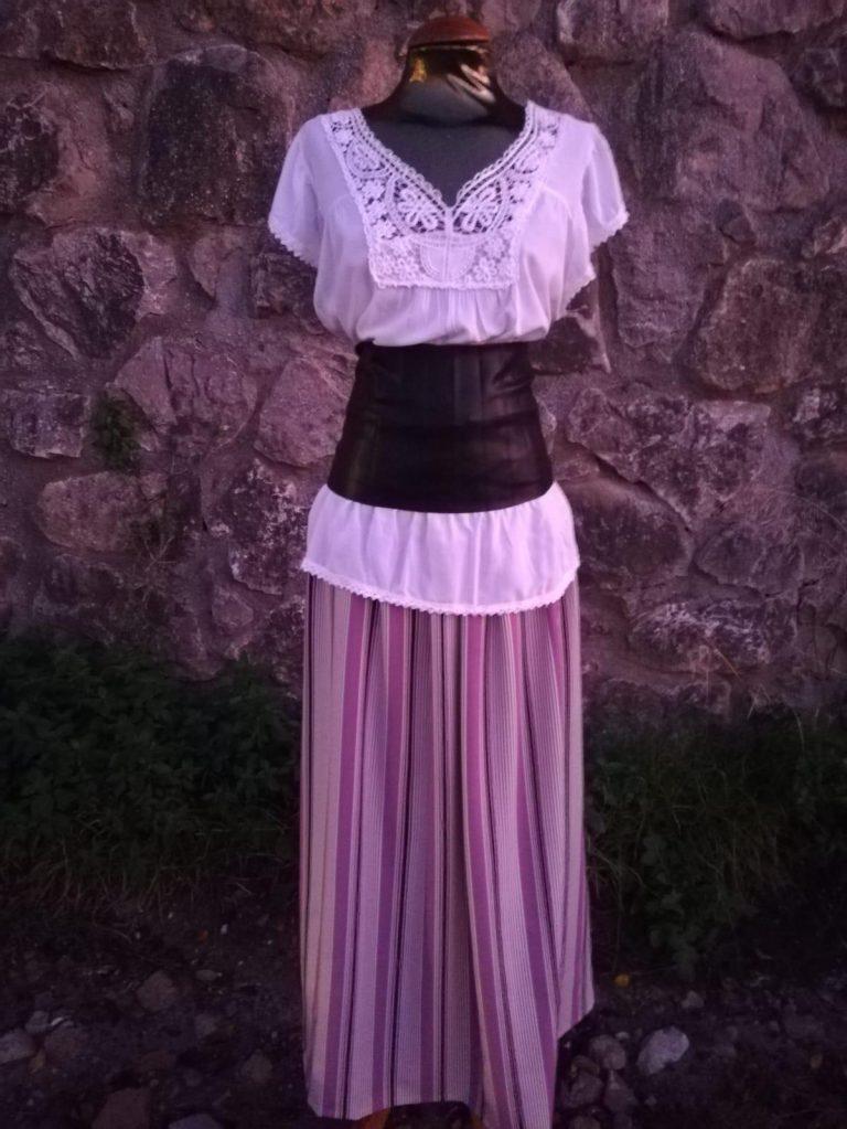 Conjunto de blusa con cuello de encaje, falda fluida de rayas y fajín de cuero negro