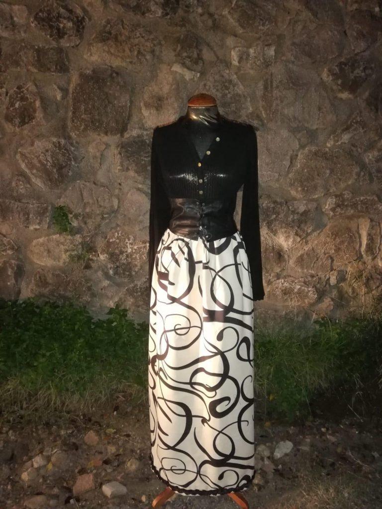 Blusa de gasa plisada con falda estampada y fajín de cuero ajustable