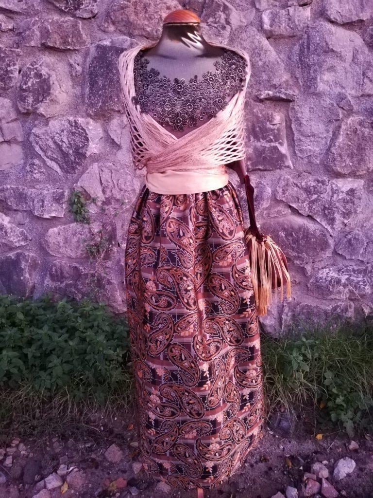 Conjunto de cuerpo y falda con detalle de cuello con encaje, falda brocada, chal y bolso a juego