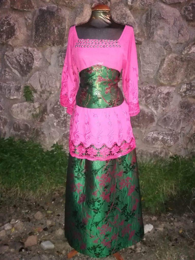 Conjunto de blusa con detalles bordados en rosa fucsia, falda brocada verde y rosa y fajín a juego